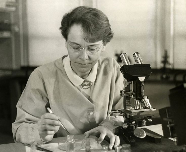 barbara_mcclintock_1902-1992_shown_in_her_laboratory_in_1947